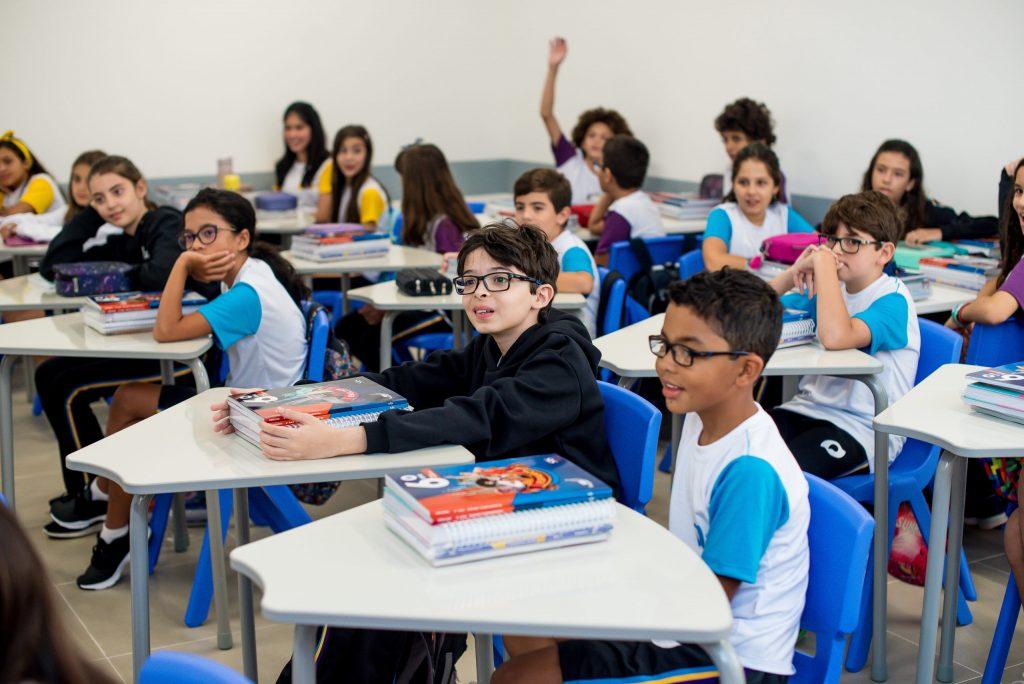 Entre as escolas particulares, o Colégio Planck é diferente de tudo que muitos pais já viram por aí. Pode-se dizer que é o colégio dos sonhos de muitas pessoas, o local onde gostariam de ter estudado. Aqui, diversão caminha junto com o respeito e amor pelo aprendizado, criatividade está lado a lado com alto desempenho e exercício da individualidade combina com empatia, ética e responsabilidade. No Planck, cada estudante é único e observado muito de perto tanto no Ensino Fundamental Anos Finais como no Ensino Médio. Pelo projeto pedagógico do Colégio, cada um tem um potencial imenso, que pode ser amplamente desenvolvido no ambiente escolar, e que será uma herança para a vida. Afinal, o que é o Colégio o Planck? Ao ler a introdução acima, a pergunta que pode surgir é: como o Planck consegue esses resultados? Em primeiro lugar, buscando a excelência em todos os seus processos, porque carrega a bandeira do alto desempenho de seus estudantes, com emprego de tecnologias inovadoras e eficientes, além dos métodos pedagógicos reconhecidos e inspirados nas melhores instituições do planeta. Seus fundadores buscaram soluções pedagógicas diferenciadas em países como Japão, Finlândia, Reino Unidos, Estados Unidos, entre outros, para criar um modelo único entre as escolas particulares. Para conquistar essa meta, investe em profissionais que manifestam alta qualidade de suas aptidões, aprendizagem colaborativa, estímulo de habilidades socioemocionais e uma metodologia baseada em projetos. Com esses pilares e o cuidado constante dos fundadores, o Colégio Planck honra os itens de sua Missão, Visão e Valores: Na Missão, lista o desenvolver, de forma excelente, o processo de ensino e aprendizagem; Na Visão, traz o foco de estar entre as melhores instituições de ensino de educação básica do país; Nos Valores, traz ética e franqueza aos processos pedagógicos para transformar os estudantes em pessoas que farão diferença no mundo. Para o Colégio Planck, trazer felicidade e fazer os olhos d