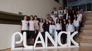 """Em um mundo cada vez mais globalizado, saber falar uma segunda língua -- em especial o inglês-- passou a ser uma verdadeira necessidade e não mais uma vantagem em um currículo. Nesse cenário de mercado no qual as grandes empresas são multinacionais e até mesmo as pequenas são influenciadas por práticas internacionais, o bilinguismo tem crescido cada vez mais. Veja nesse post como o Colégio Planck incentiva o bilinguismo em suas práticas pedagógicas. A importância do bilinguismo no contexto da Educação Segundo dados da Associação Brasileira de Ensino Bilíngue divulgados em 2019, nos últimos cinco anos, houve um aumento de 6% a 10% no segmento. Esse crescimento tem sido estimulado especialmente porque cada vez mais fica evidente a demanda por falar uma língua mundial. Atualmente, o principal idioma que une pessoas e profissionais de todo mundo é o inglês. Ser bilíngue pode ser definido como a capacidade de se comunicar claramente em duas línguas. Para a coordenadora do Núcleo Internacional do Planck, Luciana Arruda, esse conceito é bem amplo, mas pode ser definido como ter o domínio do idioma que vai além do estrutural. Ser bilíngue é saber ler, escrever, falar e compreender o segundo idioma com eficiência. """"É se comunicar com fluidez em diversas situações do cotidiano, usando o segundo idioma (também chamado de L2) como ferramenta para solucionar problemas, expressar opiniões e sentimentos, etc"""", diz. Para Luciana, é fato que tem sido crescente um movimento das escolas em direção ao bilinguismo. Inglês é fundamental agora O Brasil tem duas línguas que podem ser consideradas oficiais: o português e Libras (linguagem de sinais). No entanto, as estatísticas demonstram que essa segunda língua oficial do país passa longe do interesse das pessoas que não têm deficiências auditivas. Os idiomas mais requisitados para quem quer investir na aprendizagem de um segunda língua são mesmo o inglês e o espanhol. A coordenadora reforça que hoje dominar o inglês é uma questão indiscut"""